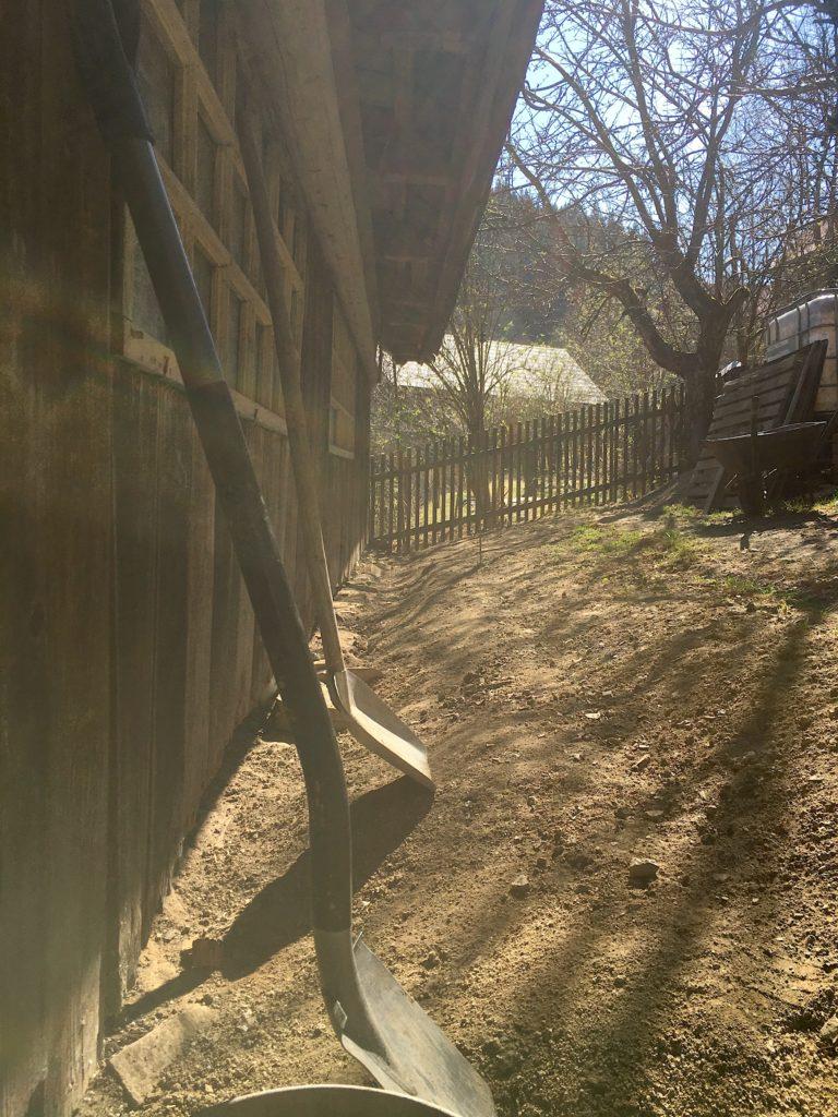 jaro kysuce dřevěnice zahrada lopata