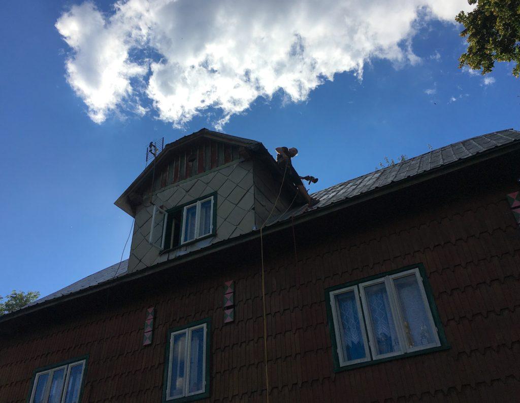 kysuce podzim natírání střechy chalupa zlámaná