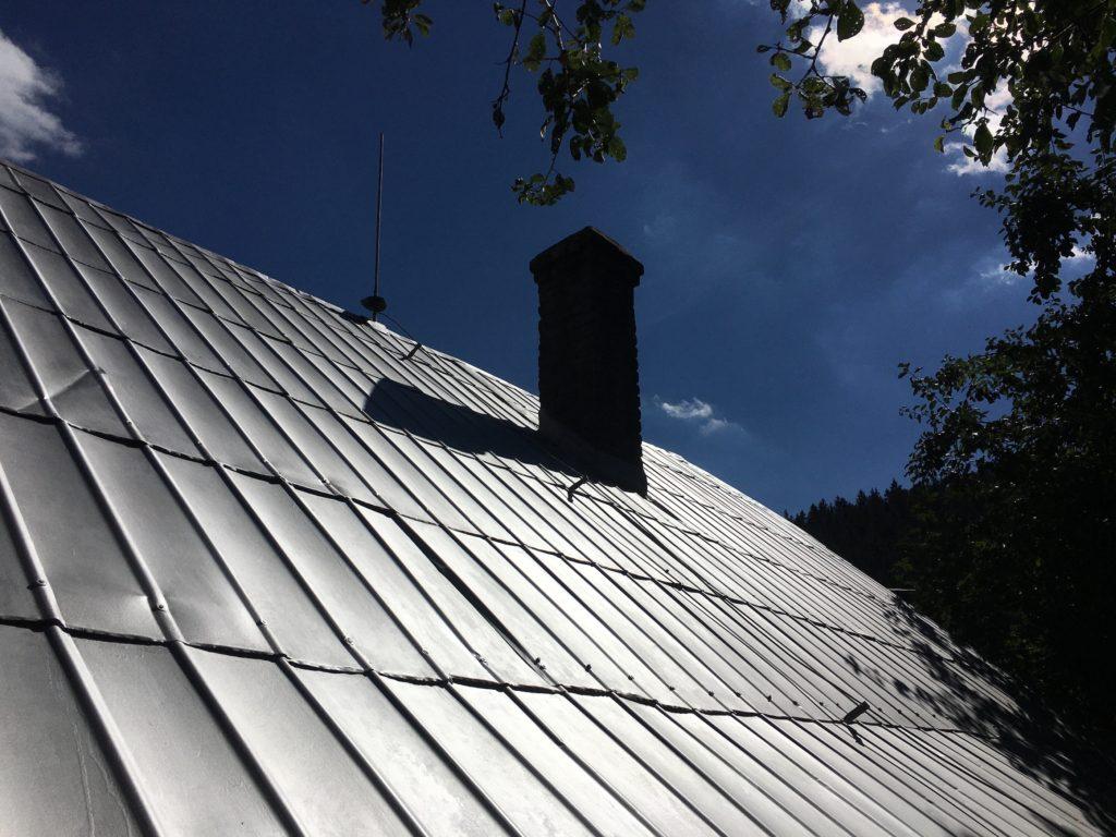 natřená střecha stříbrná komín